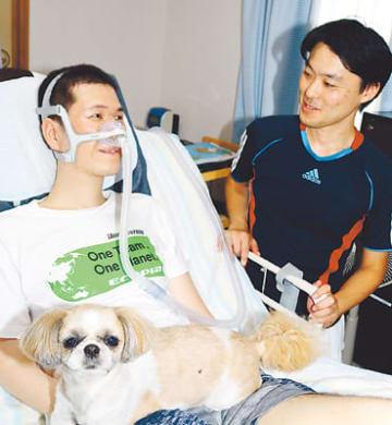 訪問介護事業所を設立し、自薦ヘルパーのサポートで暮らすALS患者の村下さん(左)=富山市内