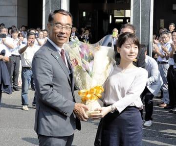 初登庁し職員から花束を受け取る大野元裕知事=2日午前9時ごろ、県庁