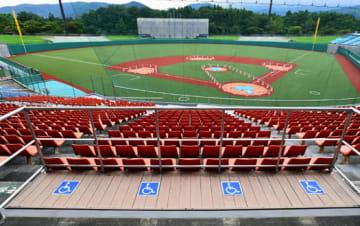 人工芝に張り替えられ、真新しいグラウンドに生まれ変わった県営あづま球場。内野スタンドには車いす観覧用デッキが増設された。スコアボードの塗装工事も進んでいる