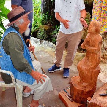「アリランの詩」の像を完成させた金城実さん(左)=2日、読谷村儀間のアトリエ
