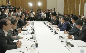 「デジタル・ガバメント閣僚会議」であいさつする菅官房長官(右から3人目)=3日午前、首相官邸