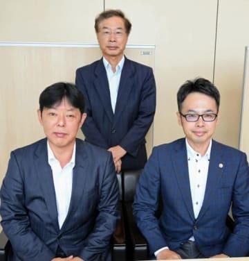 中小企業サポートセンター運営の抱負を述べる(前列右から)大谷、村島の両氏と佐藤氏(後列)