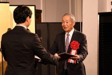 伊原木知事(左)から賞状を受け取る岡崎氏