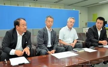 会見で連絡協議会について説明する清水会長(左)ら=2日、県庁