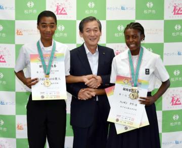 全日本中学校陸上競技選手権大会で優勝したハッサンさん(右)とチュクネレさん(左)=松戸市