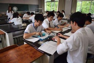 弘前公園に面する校舎で、夏季講習に臨む弘前中央の3年生=8月