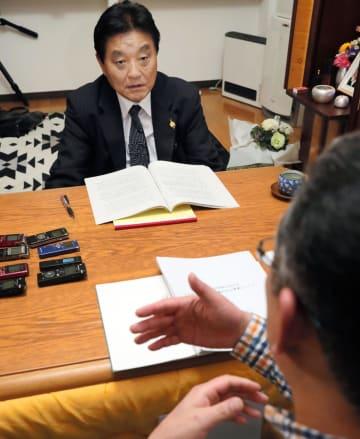 4月、再調査をめぐり、自殺した斎藤華子さんの父信太郎さん(手前)と面会する名古屋市の河村たかし市長=名古屋市