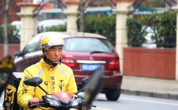 A Meituan delivery person on his bike in Shanghai on March 23, 2019. (Image credit: TechNode/Shi Jiayi)