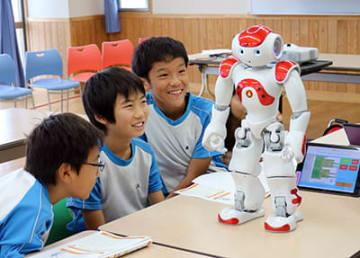 ロボットに話し掛ける児童(1)=高岡市福岡小