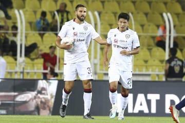 トルコでの親善試合でプレーするカリャリのFWハン・クァンソン(右)=8月、イスタンブール(ゲッティ=共同)