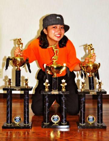 欧州最大規模のストリートダンスの世界大会「UDO」で3冠を達成した上原紅葉さん=2日、那覇市