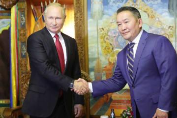 ウランバートルでの会談で握手するロシアのプーチン大統領(左)とモンゴルのバトトルガ大統領=3日(タス=共同)