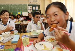 イングランドの名物料理「フィッシュ&チップス」を頬張る子どもたち=神戸市兵庫区材木町(撮影・吉田敦史)