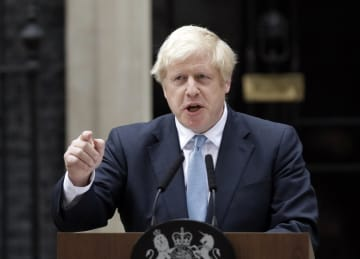 2日、英ロンドンの首相官邸前で演説するジョンソン首相(AP=共同)