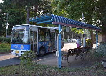 NPO法人によって、きれいに塗り替えられたバス停の屋根とベンチ=土浦市下高津