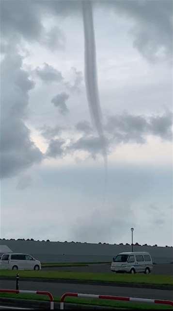 海上に発生した漏斗状の雲=3日午後4時半ごろ、秋田市飯島(百野さん撮影)