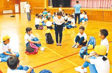 学校も学年も交じった班で、合同宿泊学習へ向け自己紹介する児童