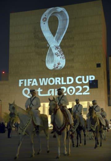 壁に映し出されたサッカーの2022年ワールドカップ(W杯)カタール大会の公式エンブレム=3日、ドーハ(ゲッティ=共同)