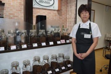 自宅を改装し、コーヒー専門店「BIWANO52 CoffeeFactory」を開店した松山美紀代さん=8月下旬、野辺地町枇杷野