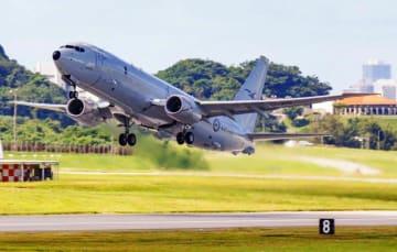 米軍嘉手納基地を離陸するオーストラリア空軍のP8A対潜哨戒機=3日午前10時27分(読者提供)