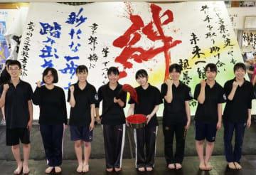 ジャカルタ日本祭りで演技をする三島・川之江高校のメンバー