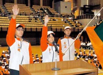 茨城国体での健闘を誓う弓道の(左から)大石、藤田の両選手と、旗手を務める客野選手=3日、県武道館