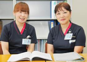 「認定看護管理者」の斉藤さん(右)と「認知症看護認定看護師」の吉田さん