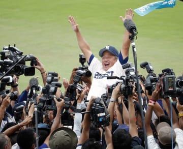 初優勝を果たし、胴上げされる履正社・岡田監督=8月22日、甲子園球場