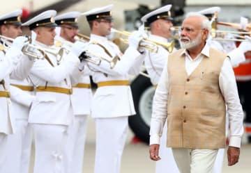 4日、ロシア・ウラジオストクに到着したインドのモディ首相(タス=共同)
