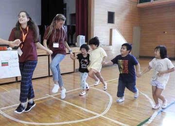 ブルガリアの若者と交流する東別院小児童たち(亀岡市東別院町・東別院小)