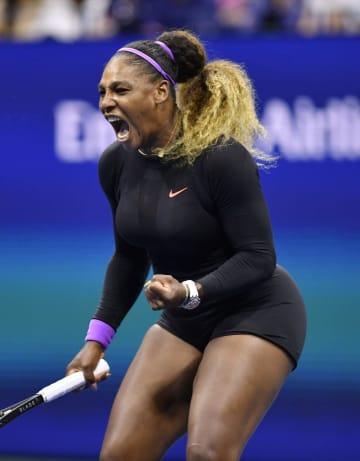 女子シングルス準々決勝 ポイントを奪いガッツポーズするセリーナ・ウィリアムズ=ニューヨーク(共同)