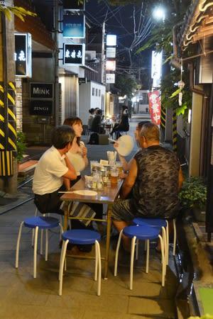 2018年7月、車両通行止めとなった東新道で、飲食を楽しむ人たち=新潟市中央区