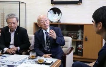 田上市長に原爆展への参加を報告する清野さん(中央)=長崎市役所