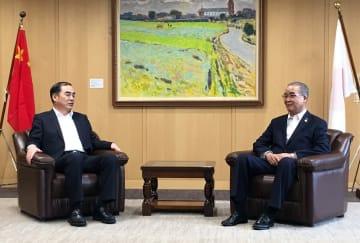来県した孔大使(左)と中村知事=県庁