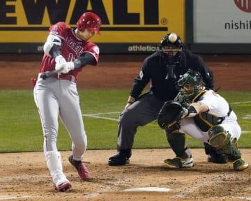 アスレチックス戦の5回、左翼線に適時二塁打を放つエンゼルス・大谷=オークランド(共同)
