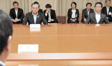 テーブルを挟み村井知事(手前)の説明を聞く菊地市長(左)と山田市長