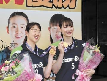 記者会見を終え、金メダルを手に笑顔を見せる永原(左)と松本