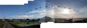 長野県佐久市の上空を飛行する在日米軍横田基地所属の輸送機とみられる機体=2019年5月(合成写真・低空飛行解析センター提供)