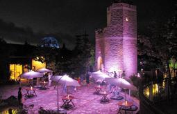 六甲ガーデンテラスに先行展示されている光の演出「見晴らしの塔&パラソルライティング」=神戸市灘区六甲山町