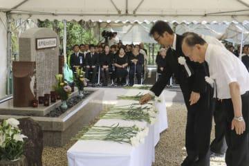 紀伊半島豪雨災害から8年となり、和歌山県那智勝浦町で開かれた町主催の慰霊祭で献花する人たち=4日午後