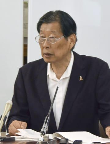 記者会見する津崎哲郎氏=4日、大阪市役所