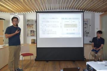 日向市で設立会見を開いた「インフィニティ宮崎」の押川敬視代表(左)と那須貴志事務局長