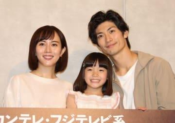 連続ドラマ「TWO WEEKS」に出演している(左から)比嘉愛未さん、稲垣来泉ちゃん、三浦春馬さん