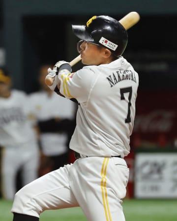 1回ソフトバンク無死一塁、中村晃が右越えに先制2ランを放つ=ヤフオクドーム