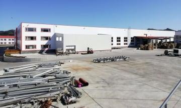 ロシア企業「ギドロストロイ」が色丹島穴澗に建てた最新の水産加工工場=4日(島民提供・共同)