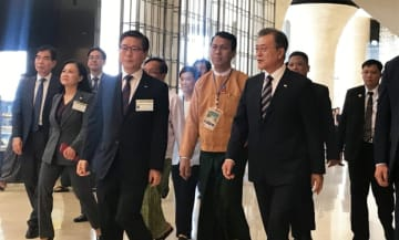 KMICの着工に向けたセレモニー会場に向かう文大統領(右から1人目)=4日、ヤンゴン(NNA)