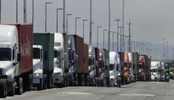 港の付近にできたトラックの列=4日、米カリフォルニア州オークランド(AP=共同)