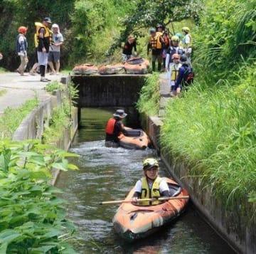 原井手を利用したカヤックの水路下り「イデベンチャー」を楽しむ人たち=7月27日、菊池市(植木泰士)