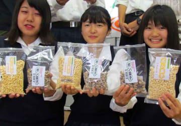 自ら育てた米や地元産の大豆を加工したポン菓子を手にする長浜農業高の生徒たち(滋賀県長浜市常喜町・NPO法人つどい)
