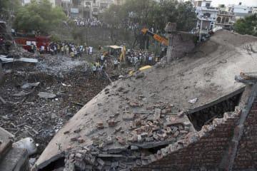 4日、インド北部パンジャブ州で、爆発により崩壊した爆竹工場(AP=共同)